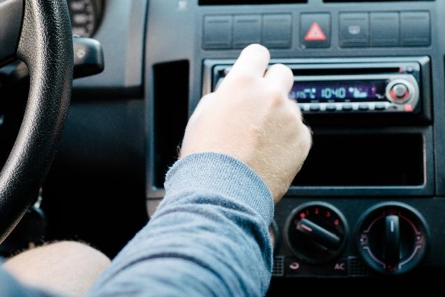 mendengarkan radio